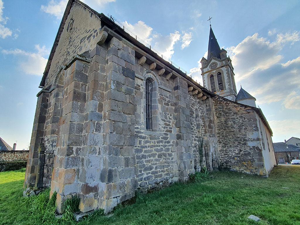 Église de Chaussenac vue de dos